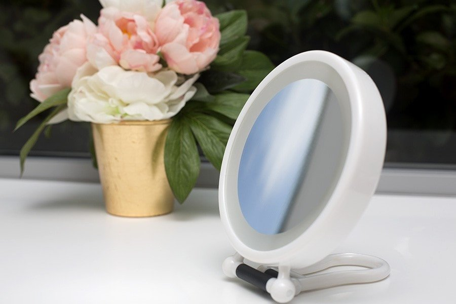 3 in 1 magnifying mirror has handy stand for easy viewing